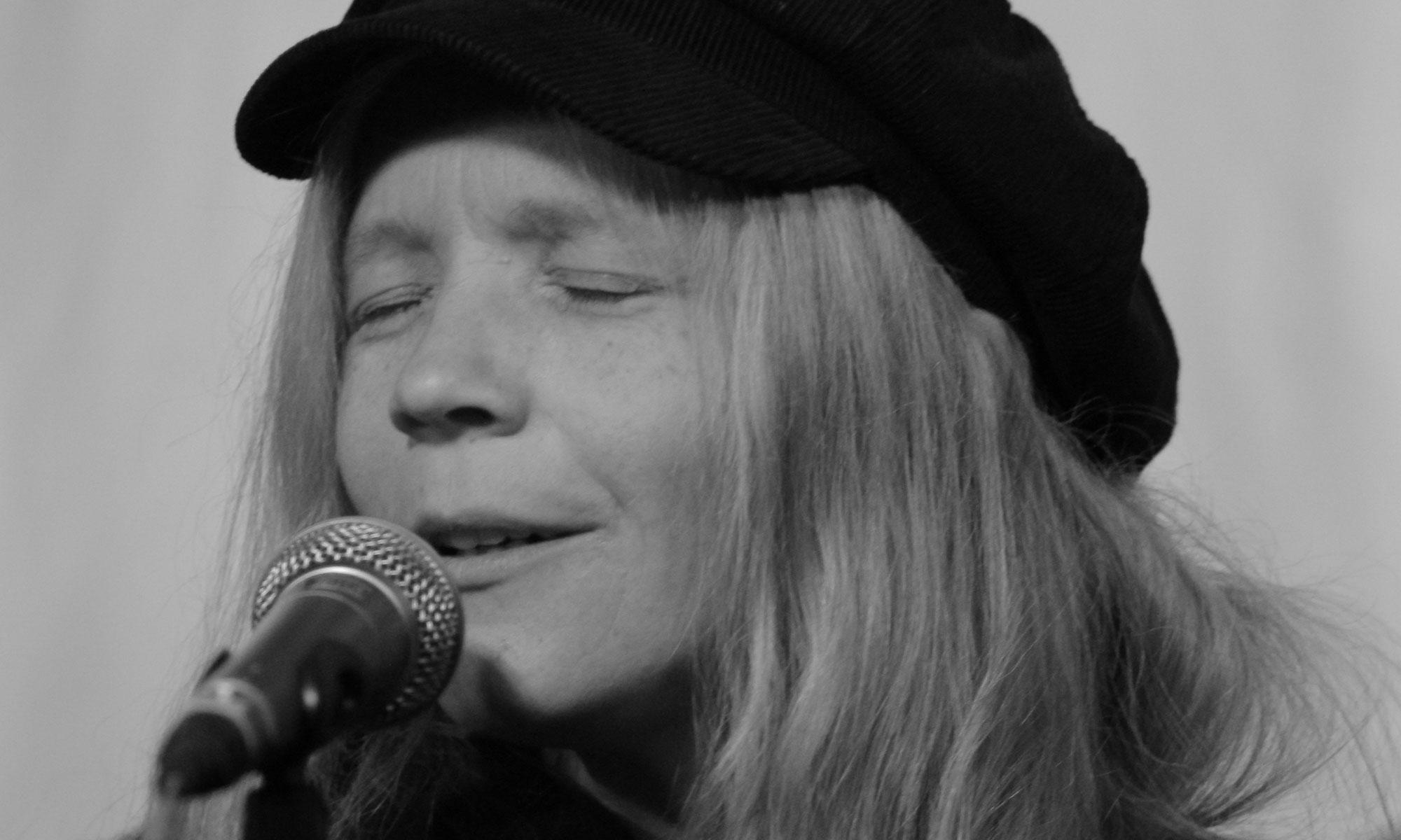 Peggy Sunday singt eine Ballade